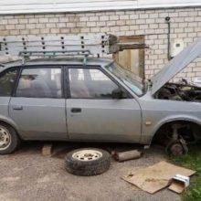 Из-за сорвавшегося домкрата мужчину зажало под легковым автомобилем
