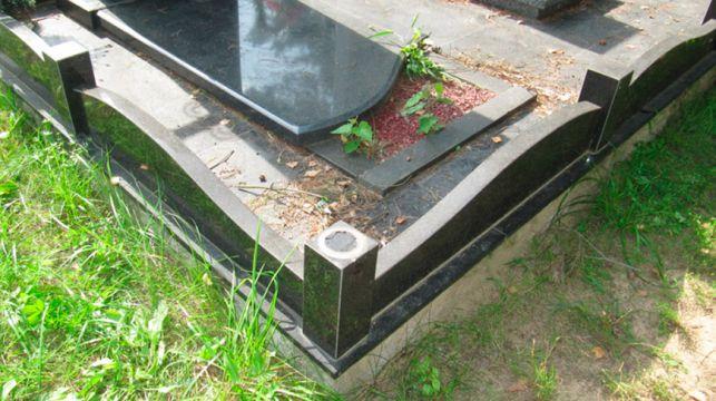повредили могилы на кладбище