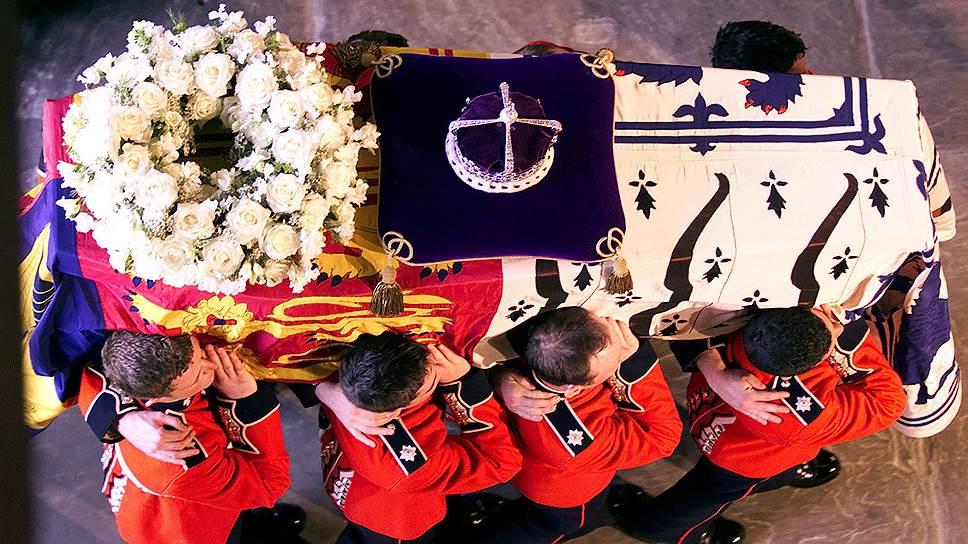 Похороны Елизаветы Боуз-Лайон