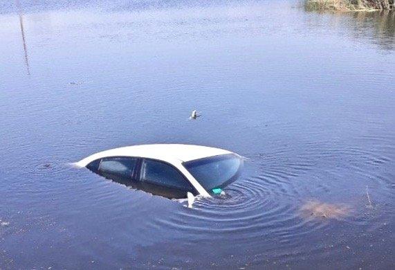 автомобиль съехал в озеро