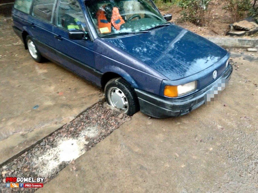 провалился автомобиль