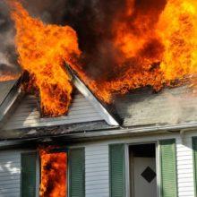 В Рогачевском районе из-за включенного в сеть электрочайника загорелся дом