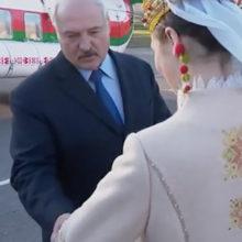 Лукашенко потрогал за пальто девушек, встречающих его в Витебске