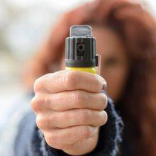 Женщина распылила в лицо контролеру перцовый баллончик и убежала