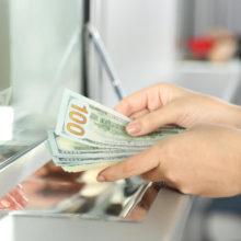 Белорусы в 2019 году продали валюты больше, чем купили