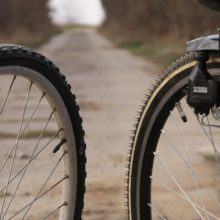 Видеофакт: двое подростков крадут из подъезда велосипеды