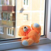 4-летняя девочка выпала из окна в Лунинецком районе