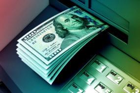 «Беларусбанк» ввел запрет на снятие валюты по рублевым карточкам
