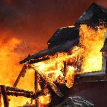 Мужчина пытался самостоятельно тушить свой горящий дом и пострадал