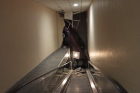 На парковке ТЦ «Арена-Сити» Renault пробила стену и упала на эскалатор