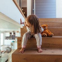 В Калинковичах маленькая девочка вышла из квартиры, пока отец занимался домашними делами