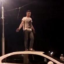 В Гомеле молодой человек ночью пел песни на крыше авто незнакомой женщины