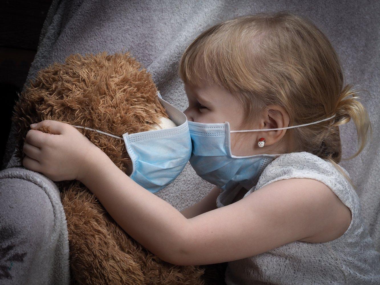 Педиатр объяснил, почему детям вредно носить маски, несмотря на COVID-19