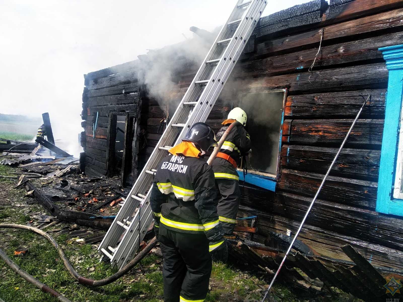 В Лельчицком районе мужчина вынес из горящего дома двоих детей