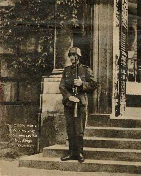 Немецкий часовой у костёла, в котором погребён маршал Пилсудский. Годы нацистской оккупации Польши