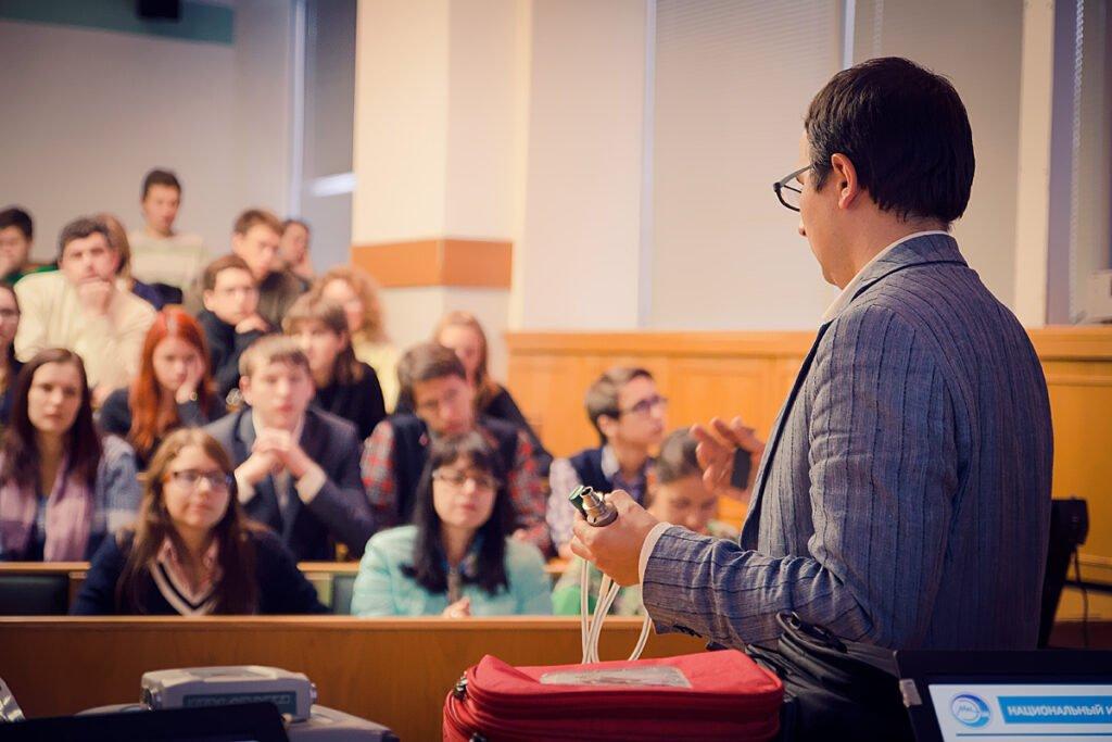 Руководство страны пообещало существенно увеличить зарплаты преподавателям вузов