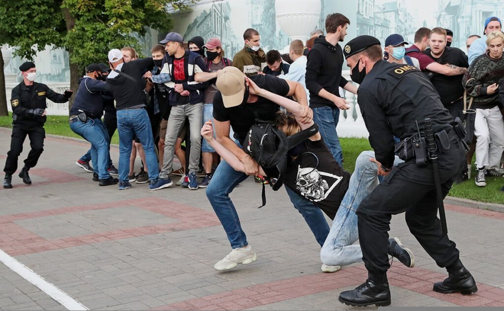 Те, кто звал молодежь на улицы, – сдают ее милиции