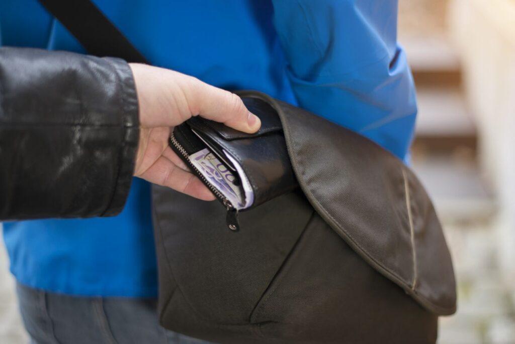 Мать с сыном в Жлобине стащили у продавца обуви его кошелек