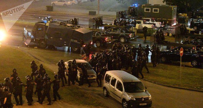 наездов на правоохранителей на улицах бунтующих городов