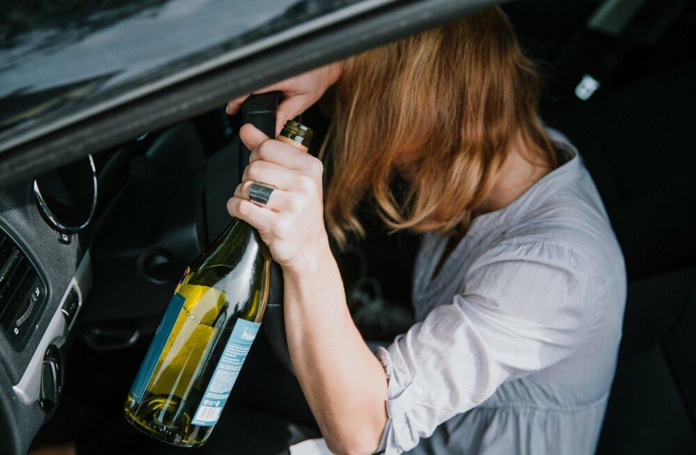 пьяная женщина за рулем