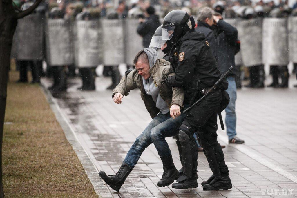 разгонять протестующих в воскресенье
